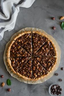 Tarte au caramel au chocolat, noisettes, cacahuètes, amandes et mélange de graines