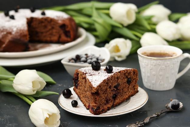 Tarte au chocolat au cassis sur fond noir