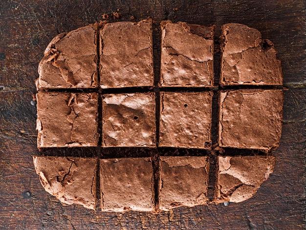 La tarte au chocolat au four est coupée en carrés