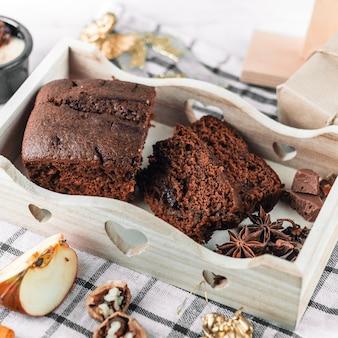 Tarte au chocolat avec cannelle dans un plateau