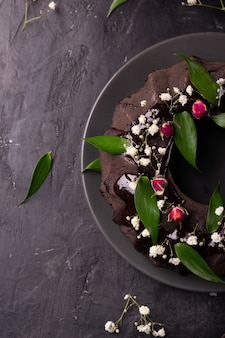 Tarte au chocolat décorée de fleurs