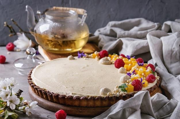 Tarte au chocolat à la mangue et aux framboises