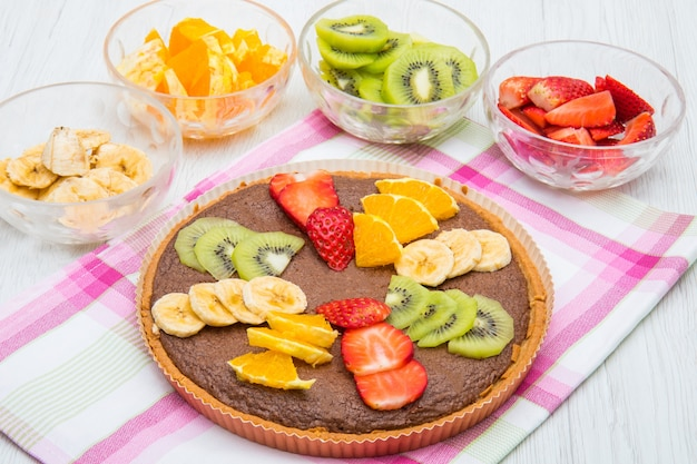 Tarte au chocolat avec mélange de fruits frais