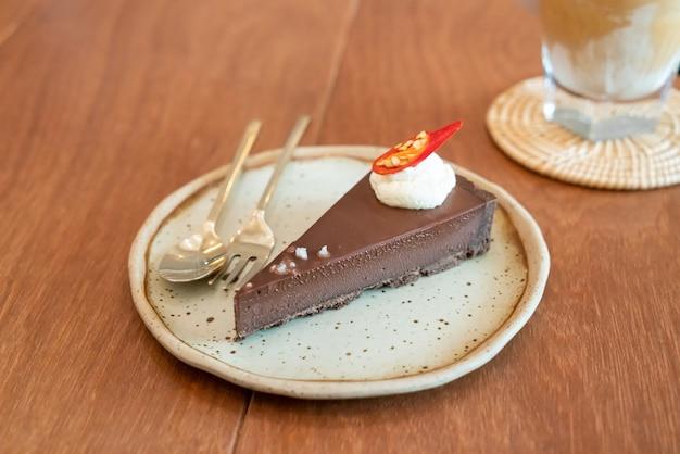 Tarte au chocolat piment salé sur assiette au café-restaurant