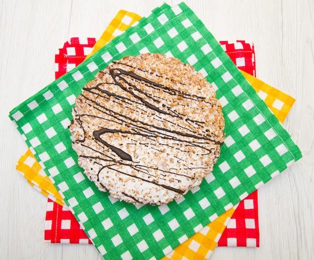 Tarte au chocolat sur une planche de bois