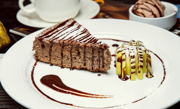 Tarte au chocolat pomme - cacao avec des tranches de pomme et de la sauce au chocolat.