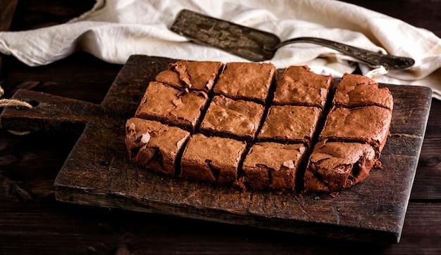 Une tarte au chocolat rectangulaire cuite au four est découpée en carrés