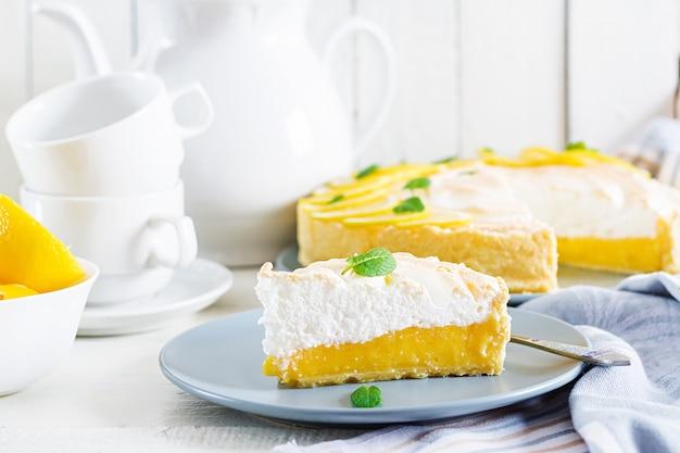 Tarte au citron et à la meringue. tarte au citron.