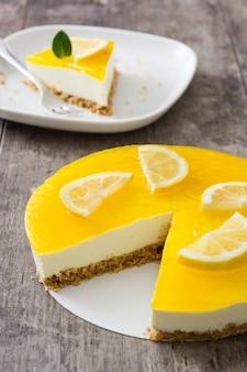 Tarte au citron sur une surface en bois