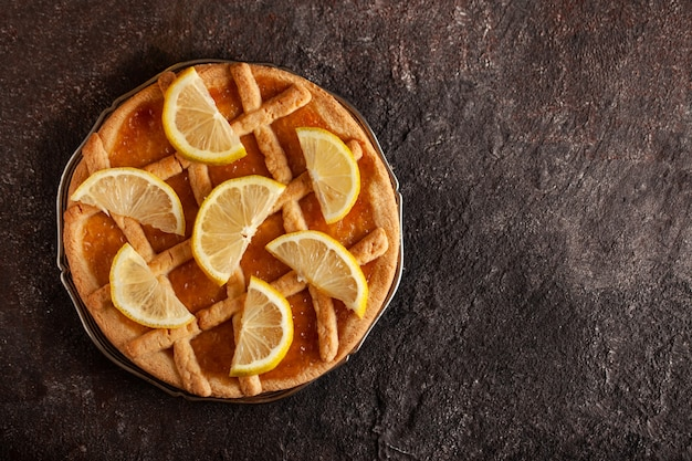 Tarte au citron sur table en béton. vue de dessus.