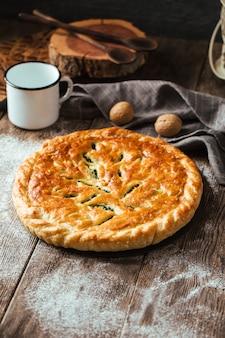 Tarte au four fraîche avec garniture aux épinards et au fromage