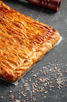 Tarte au four fraîche avec viande de boeuf et garniture de pommes de terre
