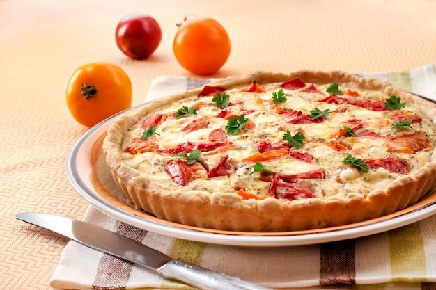 Tarte au fromage de brebis salé et aux tomates