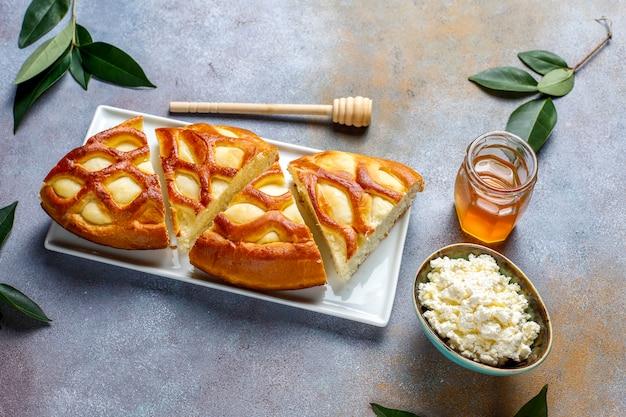 Tarte au fromage cottage délicieux avec tarte au fromage frais et miel, vue de dessus