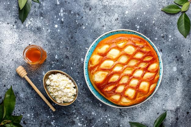 Tarte au fromage cottage délicieux tarte maison avec du fromage cottage frais et du miel, vue de dessus