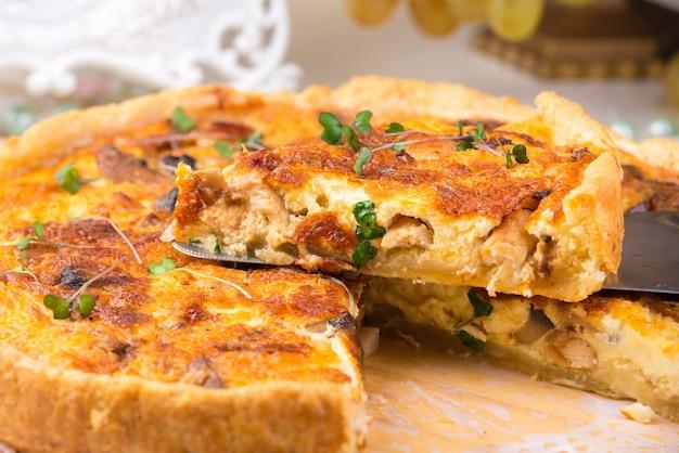 Une tarte au poulet ou à la dinde, gros plan.