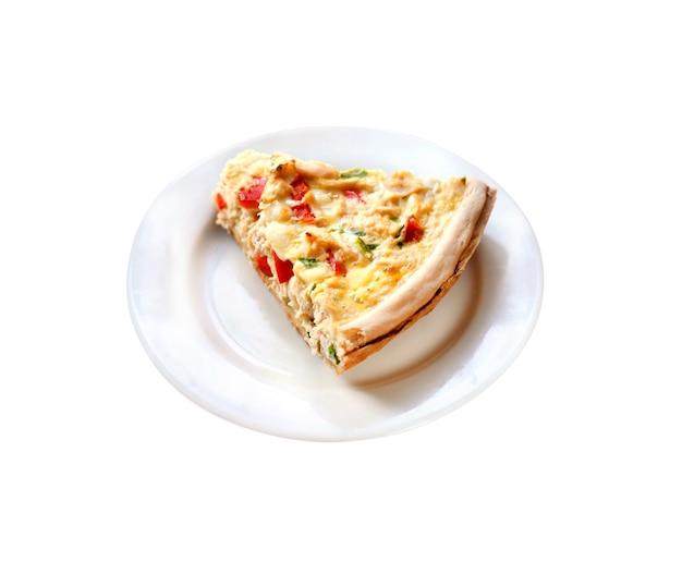 Tarte au poulet avec paprika et fromage de chèvre isolé sur un tracé de détourage