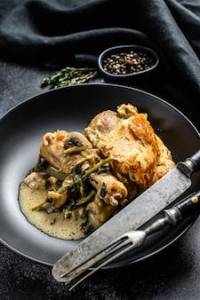 Tarte au poulet avec purée de pommes de terre et brocoli. fond noir. vue de dessus.