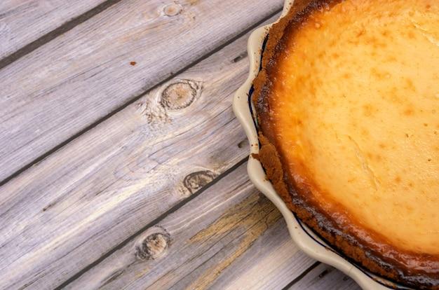 Tarte au yaourt maison sur table en bois