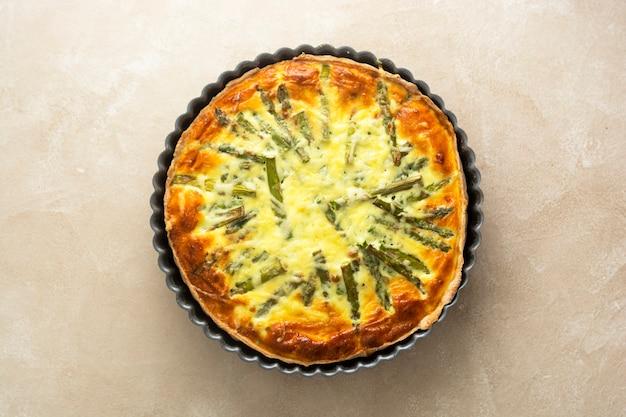 Tarte aux asperges, pâtisserie maison quiche végétalienne, alimentation saine.