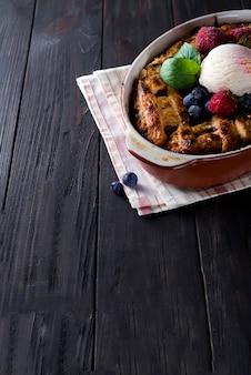 Tarte aux baies. délicieuse tarte aux cberry avec crème glacée, fraises et myrtilles congelées