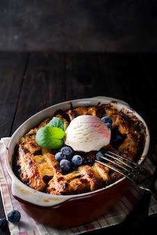 Tarte aux baies. délicieuse tarte aux cberry avec glace et myrtilles