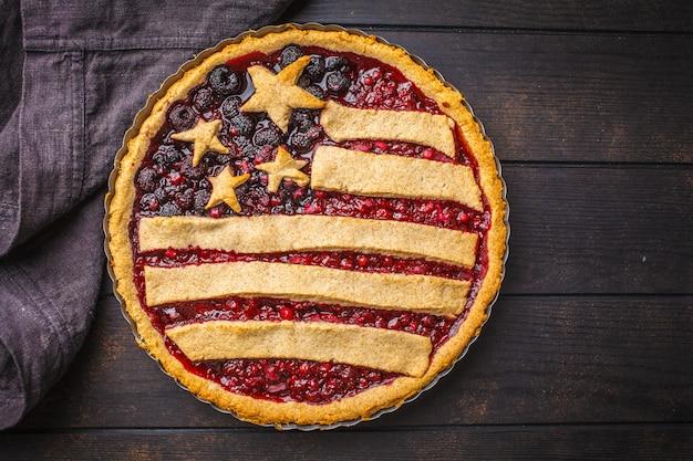 Tarte aux baies de drapeau américain, vue de dessus. concept de la fête de l'indépendance de l'amérique.