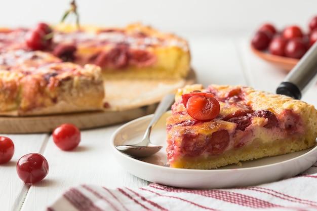 Tarte aux cerises clafoutis sur fond de bois. tarte aux cerises française klafuti.