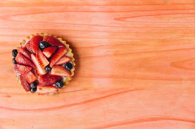 Tarte aux fraises sur un bureau en bois