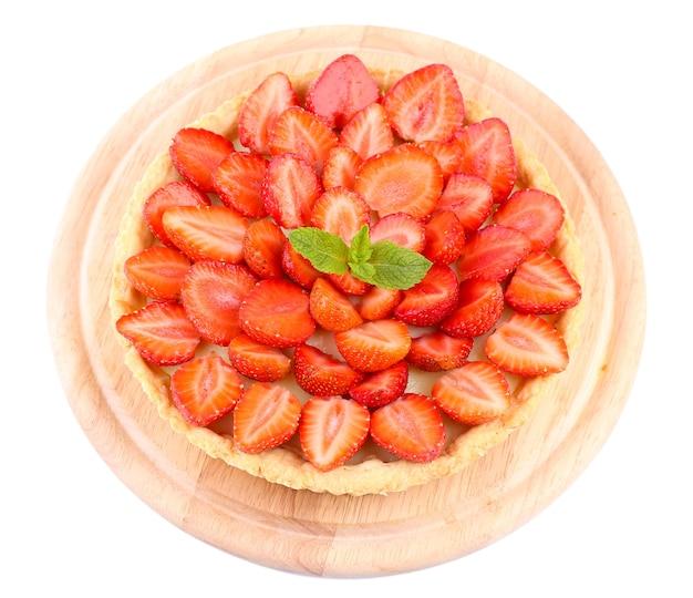 Tarte aux fraises avec des feuilles de menthe verte isolées