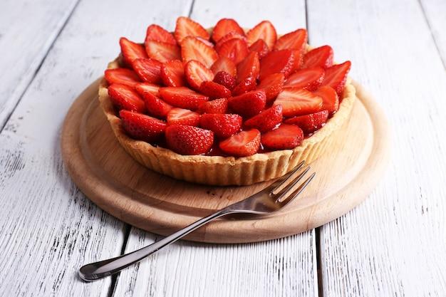 Tarte aux fraises sur fond de bois de couleur