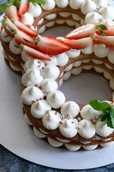 Tarte aux fraises en forme de huit. concept pour le 8 mars