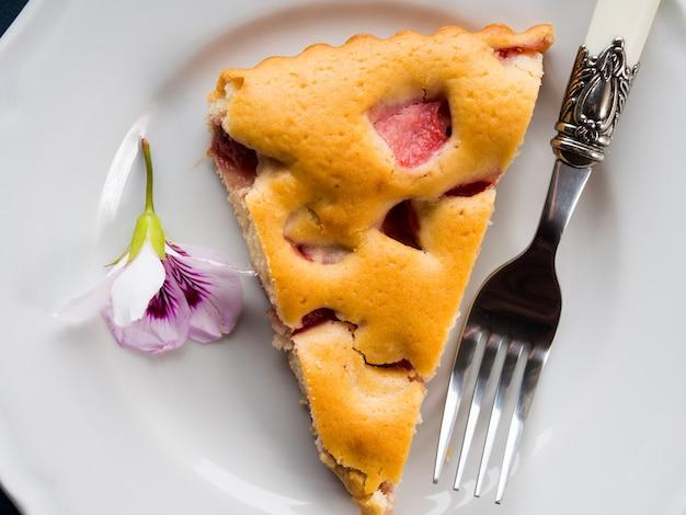 Tarte aux fraises à partir de farine mélangée. printemps été encore la vie. gâteries festives pose à plat