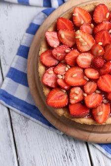 Tarte aux fraises sur plateau en bois