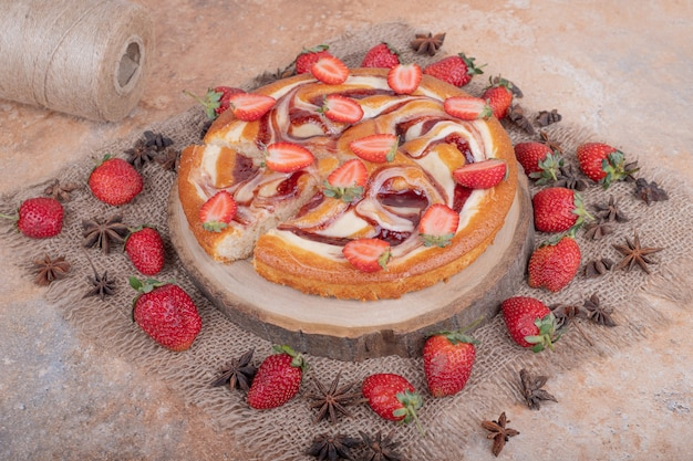 Tarte aux fraises à la saveur d'anis sur un morceau de toile de jute