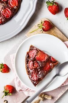 Tarte aux fraises sur des soucoupes noires et blanches