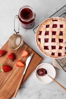 Tarte aux fraises et vue de dessus de confiture maison