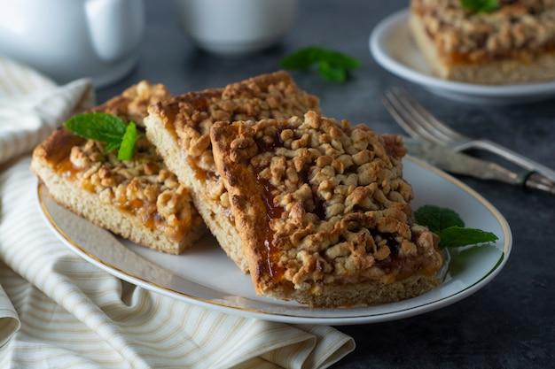 Tarte aux fruits crumble, tranche. gâteau fait maison avec de la confiture de fruits. désert délicieux.