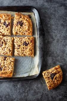 Tarte aux fruits crumble. tranches de tarte sucrée maison dans un plat allant au four. vue de dessus.
