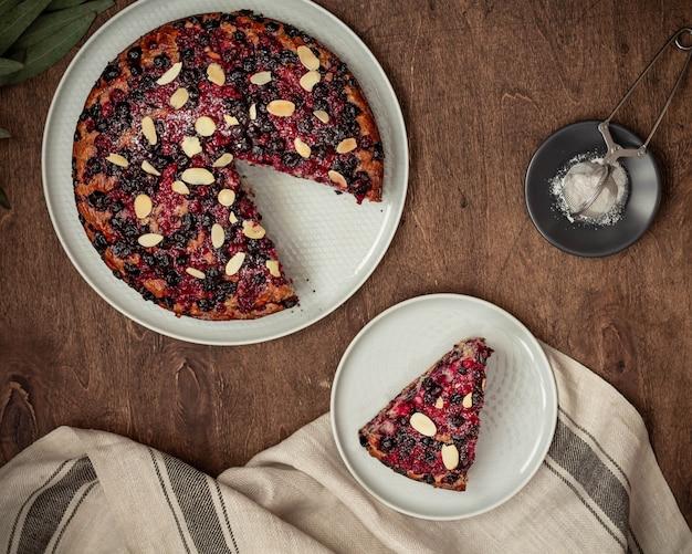 Tarte aux fruits fait maison et tarte en tranches vue de dessus