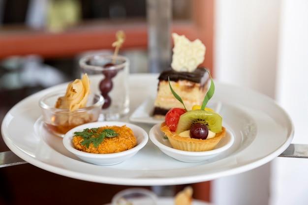 Tarte aux fruits mélangés et assortis avec kiwi et raisin pour fête ou mariage, gastronomie.