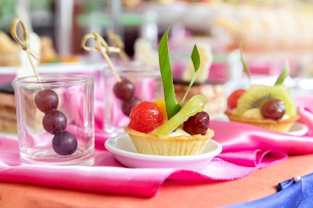 Tarte aux fruits mélangés et assortis avec kiwi et raisin.