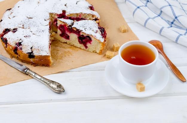 Tarte aux fruits et thé sur une table en bois