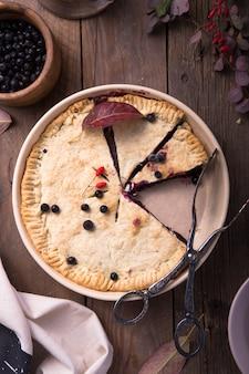 Une tarte aux myrtilles américaine traditionnelle sur une surface claire.