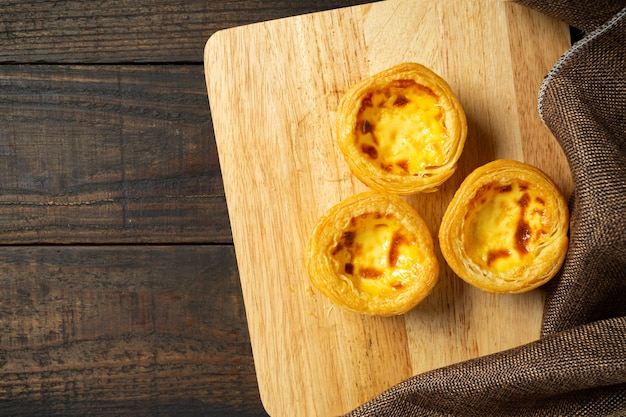 Tarte aux œufs sur bois.