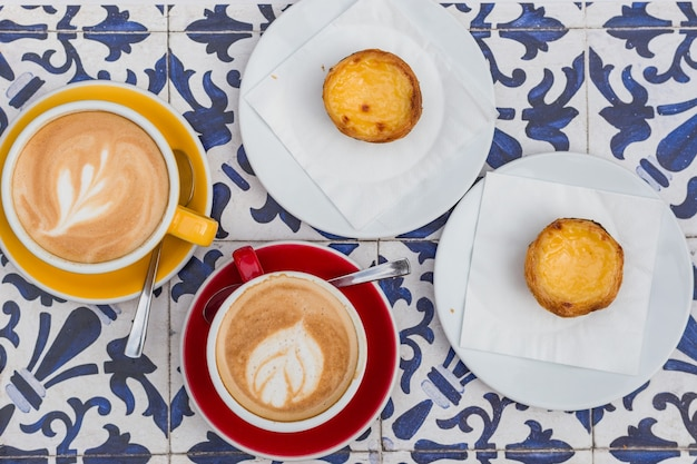 Tarte aux œufs avec café, dessert traditionnel portugais avec latte et cappuccino, pastel de nata