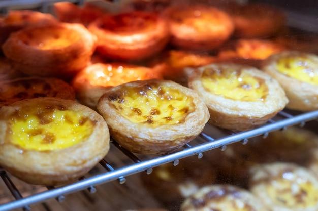 Tarte aux œufs à la crème pâtissière cuite sur la grille. dessert sucré traditionnel en asiatique