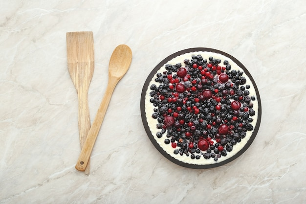 Tarte aux petits fruits avec fruits frais et crème
