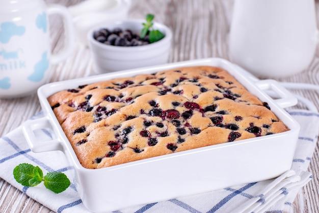 Tarte aux petits fruits avec gros plan de bleuets, horizontal