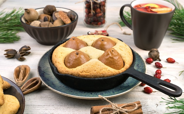 Tarte aux poires et biscuits sur fond de noël